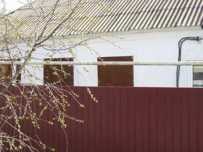 Хозяин этого дома может быть спокоен. Примитивные щиты на окнах надежно оберегают его сон от шальных пуль.