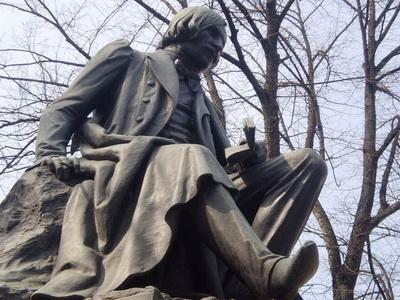 В Полтаве иностранец, плевавший на памятник Гоголю, избил студента, сделавшего ему замечание
