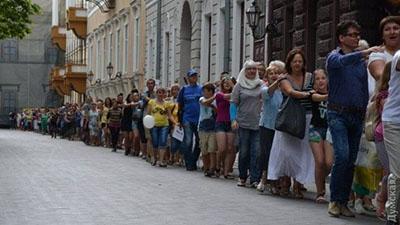 """Самый большой """"паровоз"""" из людей: в Одессе установили рекорд Украины"""