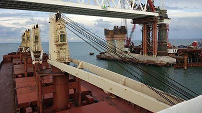 Под Керченским мостом прошло первое судно, которое обслуживалось в Мариупольском порту