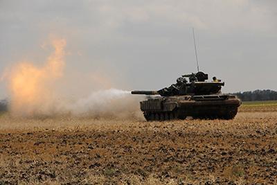 Недавно в Украине отметили День танкиста. И хотя эта бронетехника сейчас в битве за Донбасс официально не используется, на приморском направлении, где в последнее время особенно жарко, танкисты ВСУ постоянно оттачивают мастерство.