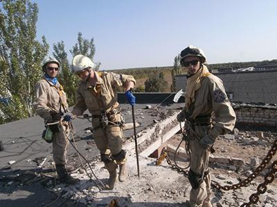 Представители Аварийно-спасательного отряда специального назначения проводят работы на пострадавшей от обстрелов авдеевской многоэтажке.