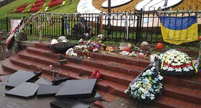 Вандализм в Киеве: неизвестный разбил памятные плиты на Аллее Героев Небесной сотни