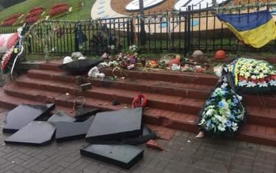 Вандала, разгромившего памятник Небесной Сотне, отпустили из зала суда