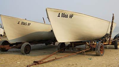 За неимением гавани тюлькин флот от шторма прячут на берегу.