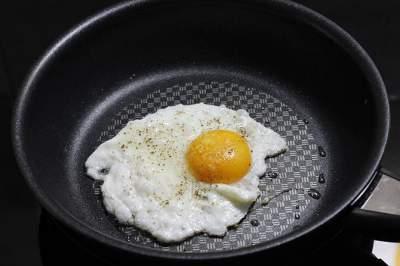 Гастроэнтеролог рассказал, на каком масле полезнее жарить яичницу