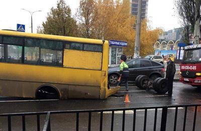 В Донецке у маршрутки во время движения отвалились колеса
