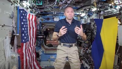 Американский астронавт привез на МКС флаг Украины (ВИДЕО)