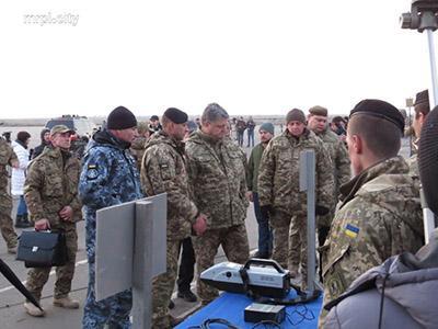 Петру Порошенко показали в Мариуполе двухметровую «Бендеровку» и смертельного робота (ФОТО)