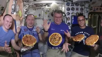 """На МКС приготовили """"космическую пиццу"""" (ВИДЕО)"""