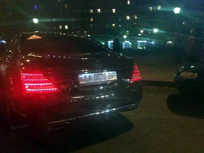 В Москве «засветился» Mercedes украинского нардепа с заклеенным украинским флагом