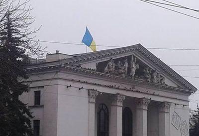 Над Донецким академическим областным драмтеатром поднят флаг Украины