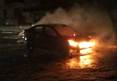 В Лисичанске ночью пылало авто