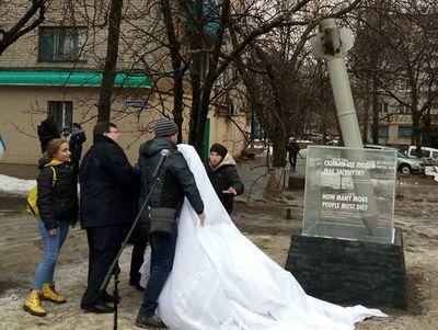 """""""Сколько людей еще должны погибнуть?"""" В Краматорске открыли памятный знак жертвам необъявленной войны"""