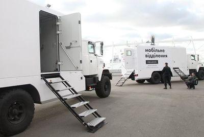 Мобильные отделения Ощадбанка ждут клиентов у линии разграничения в Луганской и Донецкой областях