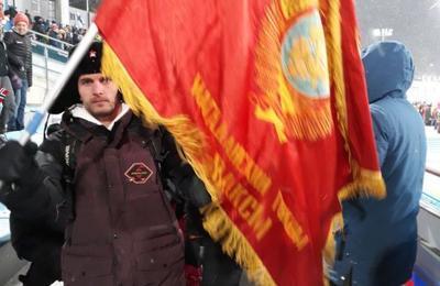 На Олимпиаде выгнали со стадиона россиян с красными флагами