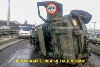 На проспекте Победы в Киеве перевернулся военный броневик