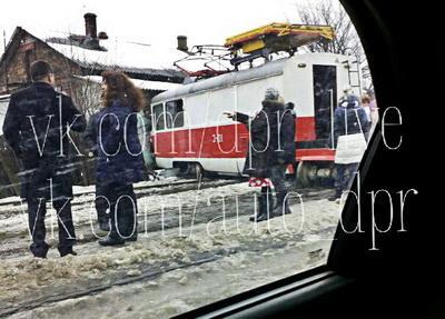 В Донецке трамвай сошел с рельсов и въехал в жилой дом