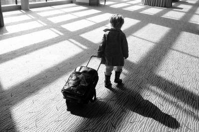 СОВЕТ ЮРИСТА: Необходимо ли ребенку-переселенцу разрешение для выезда за границу?