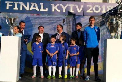 В Мариуполь прибыли кубки Лиги чемпионов УЕФА