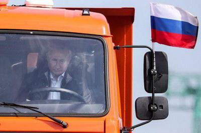 Фото обреченности в глазах Путина при открытии моста бьет все рекорды популярности в Сети