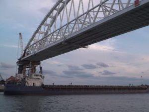 Открытый Керченский мост ограничивает прохождение судов в Мариупольский порт