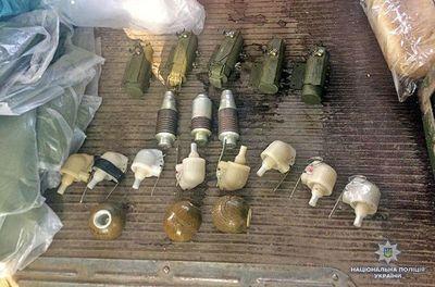 На донбасском блокпосте задержали авто с гранатами и ракетами