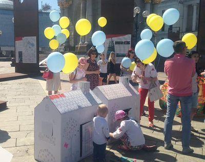 Дети переселенцев провели акцию с домиками
