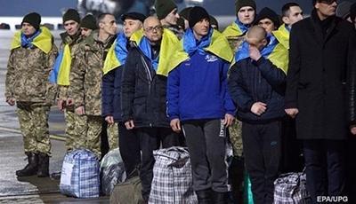 Украинцам, освобожденным из плена на Донбассе, начали выплачивать деньги