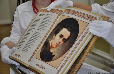 """В Украине создали первую в мире """"книгу-вышиванку"""""""