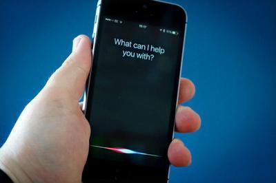 Голосовой помощник Siri сорвал выступление британского министра обороны (ВИДЕО)