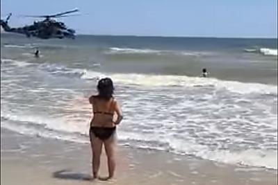 Туристов озадачило появление боевого вертолета на пляже под Мариуполем. ВИДЕО