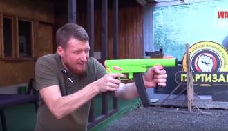 «Для охранников сексшопа пойдет»: соцсети высмеяли «гламурное» оружие «ДНР»