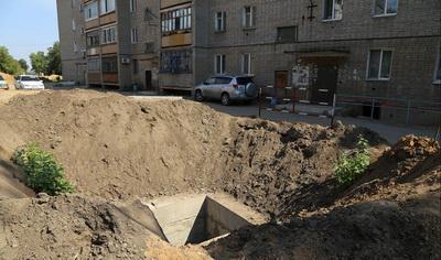 Боевики «ЛНР» роют траншеи во дворах домов
