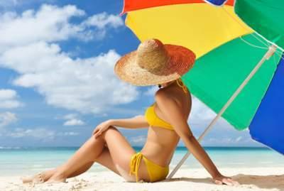 Пляжный зонт взлетел из-за ветра и пригвоздил туристку к земле