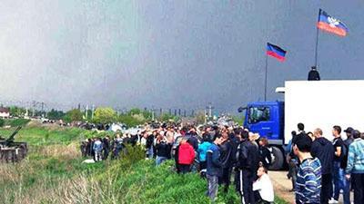 «Шмонают все машины»: на въезде в оккупированный Луганск огромная пробка