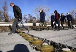 Боевики «ДНР» и «ЛНР» устанавливают противотанковые мины на дорогах