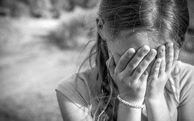 Била по лицу и почкам: в Киеве неадекватная пенсионерка расправилась с ребенком