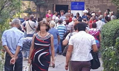 Переселенцы жалуются на трехдневные очереди возле Пенсионного фонда в Мариуполе