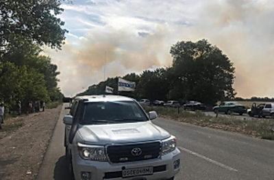 """Рядом с КПВВ """"Новотроицкое"""" на Донбассе бушует пламя и гремят взрывы: подробности"""