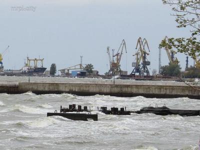 Полутораметровые волны! В Мариуполе на море бушует шторм