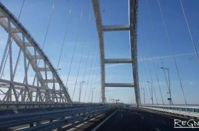 Керченский мост протаранил плавучий кран. ВИДЕО