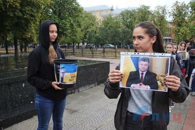 """Боевики провели """"громкую акцию"""" против Украины в центре Луганска: фото насмешили Сеть новым маразмом"""