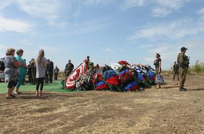 На могиле Захарченко появились люди с автоматами: местные в недоумении
