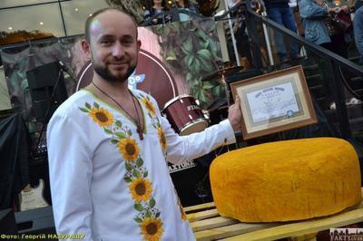 В Черновцах изготовили самый большой сыр Украины