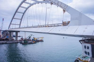 Крымский мост буквально идет на дно: железнодорожный пролет съехал в Керченский пролив. ВИДЕО