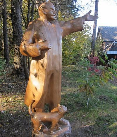 В Беларуси установили памятник Ленину с котом