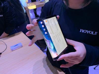 В Китае поступил в продажу первый в мире гибкий смартфон (ВИДЕО)