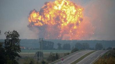 «Не простое было здание»: К взорванному дому в Донецке спешат боевики