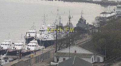 В Керчи поставили украинские суда, захваченные в Азовском море